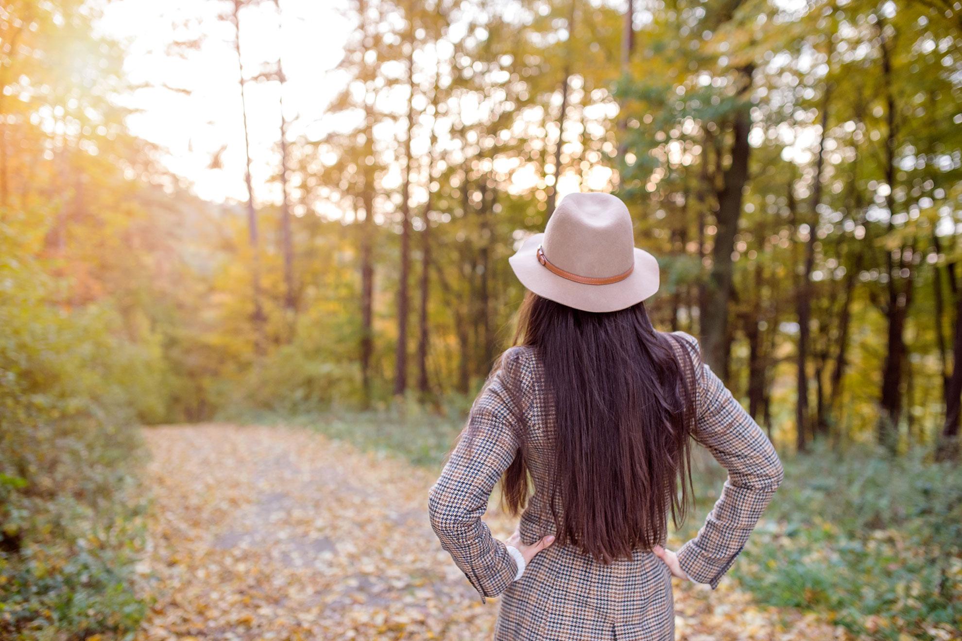 Kobieta w jesiennym płaszczu, ilustracja